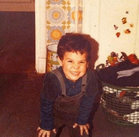 ممثل شهير ينشر صورة من طفولته.. خمنوا من هو!