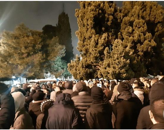 رغم الامطار.. الآلاف يؤمون الأقصى لصلاة الفجر 1091010561