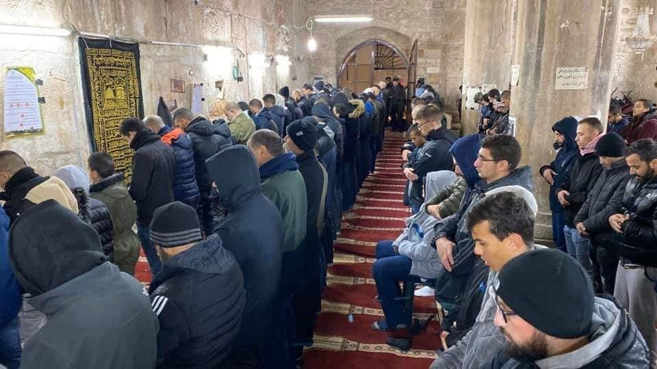 رغم الامطار.. الآلاف يؤمون الأقصى لصلاة الفجر 795613621