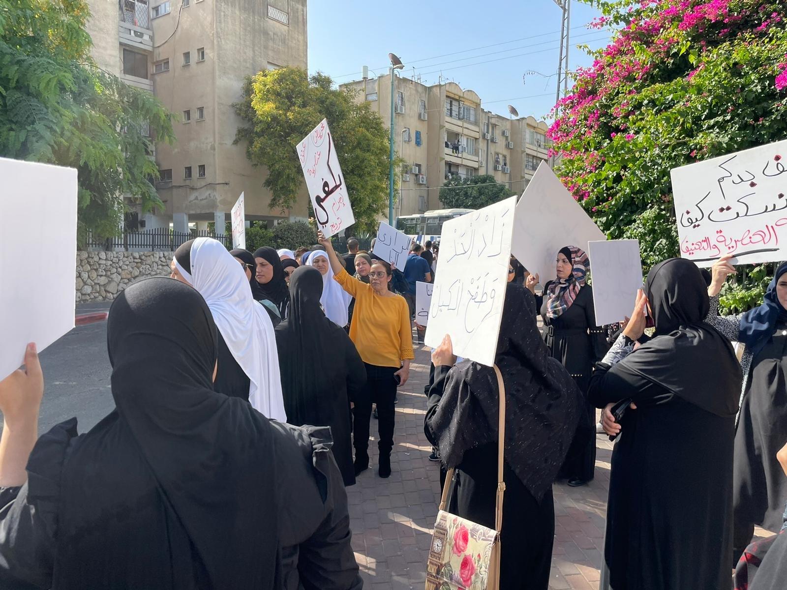 اللد: أهال يتظاهرون ضد محاولات النواة التوراتية والبلدية السيطرة على ساحة مدرسة عربية!-0