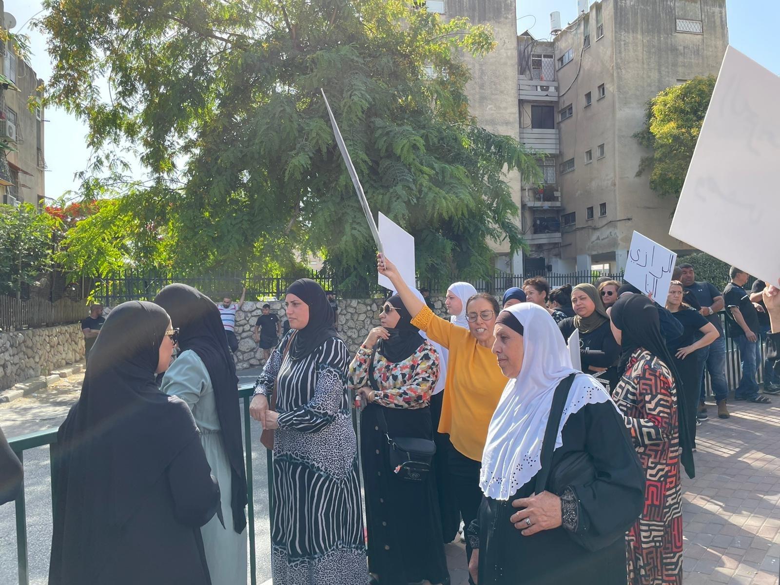 اللد: أهال يتظاهرون ضد محاولات النواة التوراتية والبلدية السيطرة على ساحة مدرسة عربية!-1