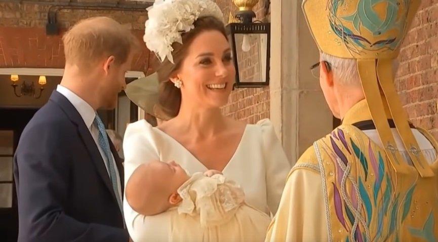 إطلالة أنيقة لكيت ميدلتون في عُماد ابنها لويس