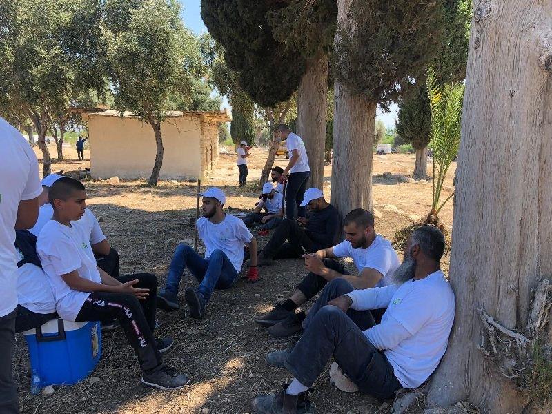العشرات من أهالي حيفا وام الفحم يشاركون بترميم مقبرة القسام في حيف-0