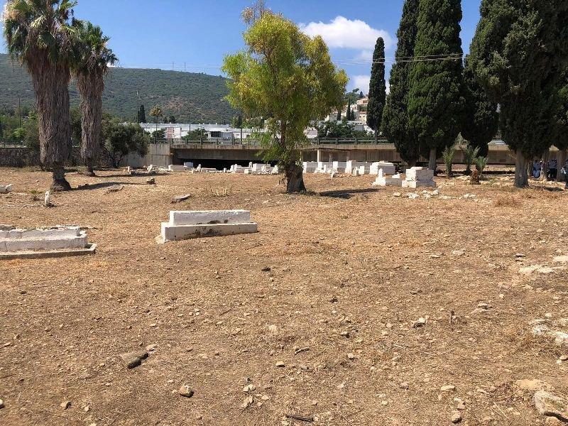 العشرات من أهالي حيفا وام الفحم يشاركون بترميم مقبرة القسام في حيف-8