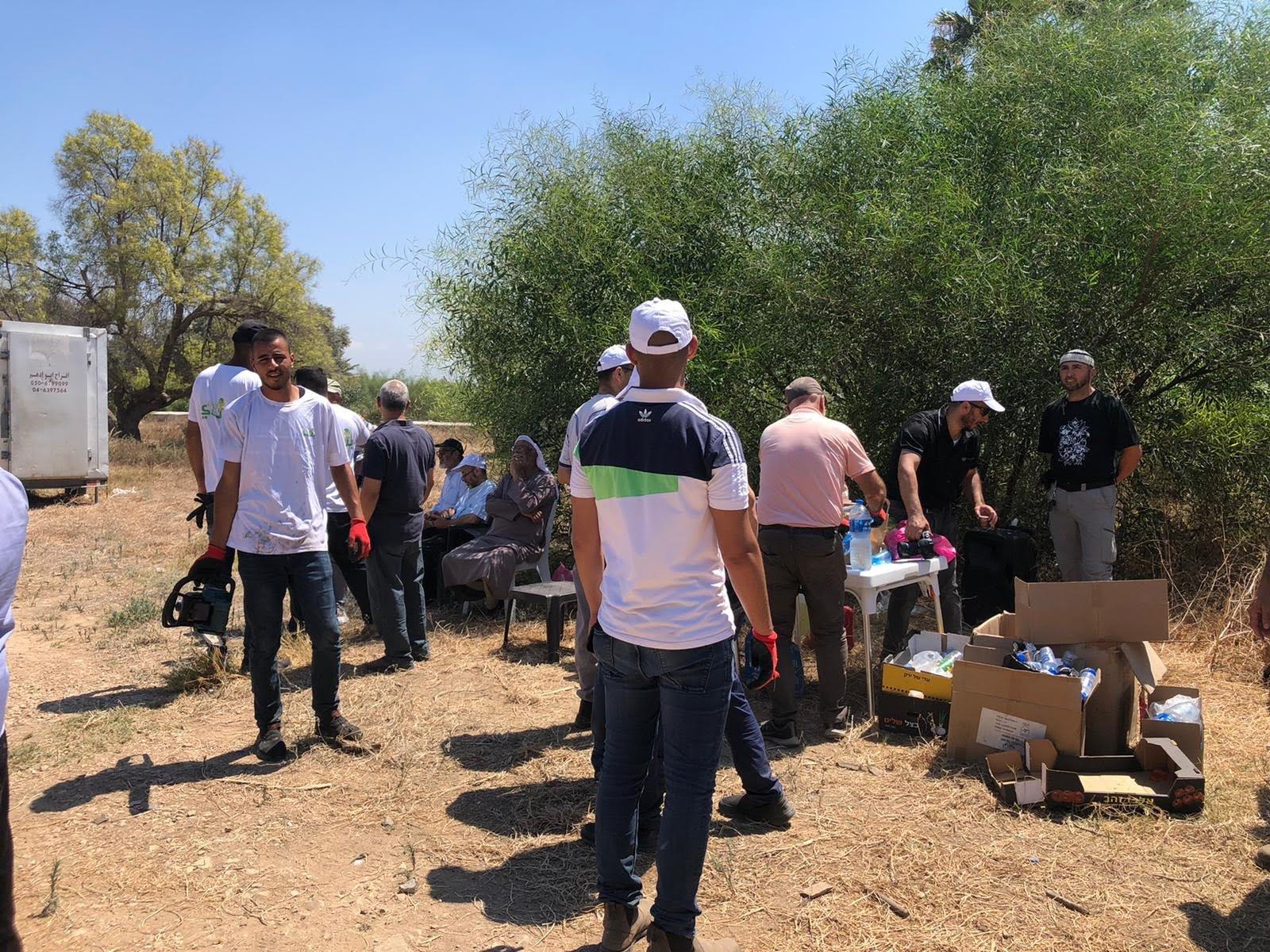 العشرات من أهالي مدينة حيفا وام الفحم يشاركون بترميم مقبرة القسام في حيفا-0