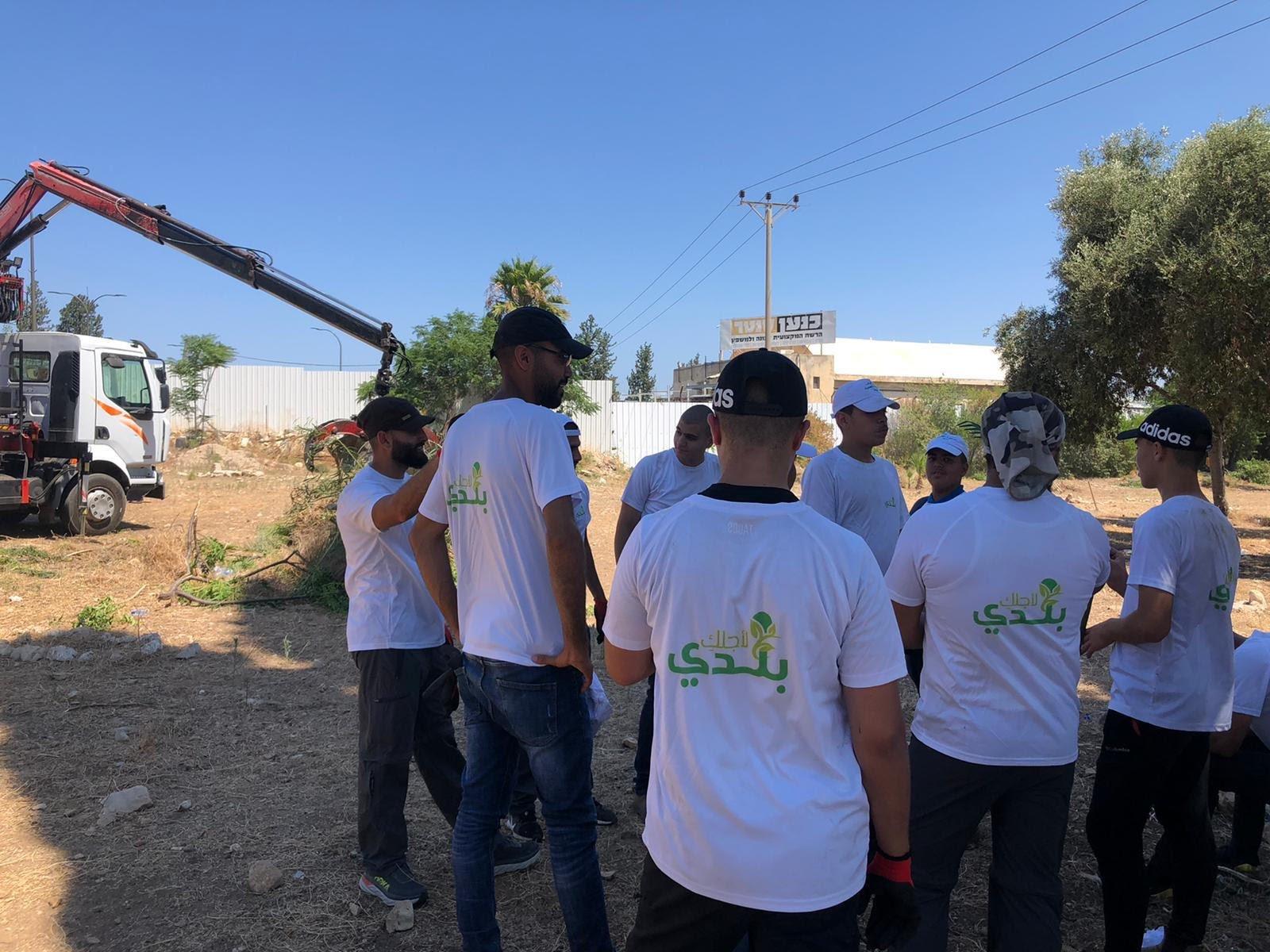 العشرات من أهالي مدينة حيفا وام الفحم يشاركون بترميم مقبرة القسام في حيفا-1