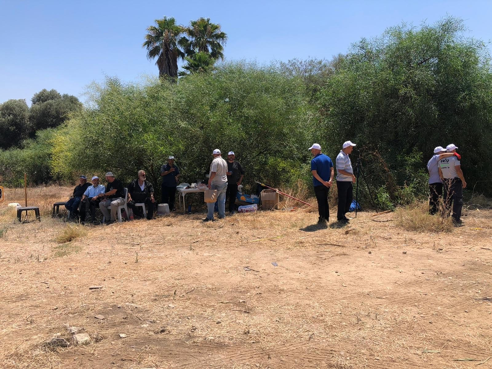 العشرات من أهالي مدينة حيفا وام الفحم يشاركون بترميم مقبرة القسام في حيفا-2