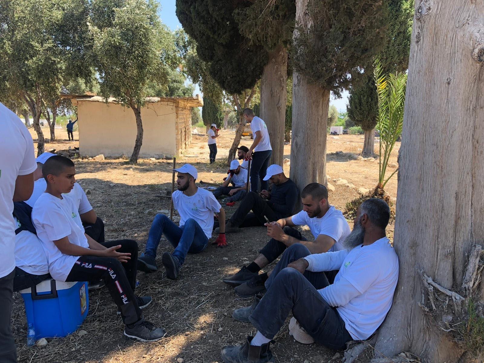 العشرات من أهالي مدينة حيفا وام الفحم يشاركون بترميم مقبرة القسام في حيفا-5