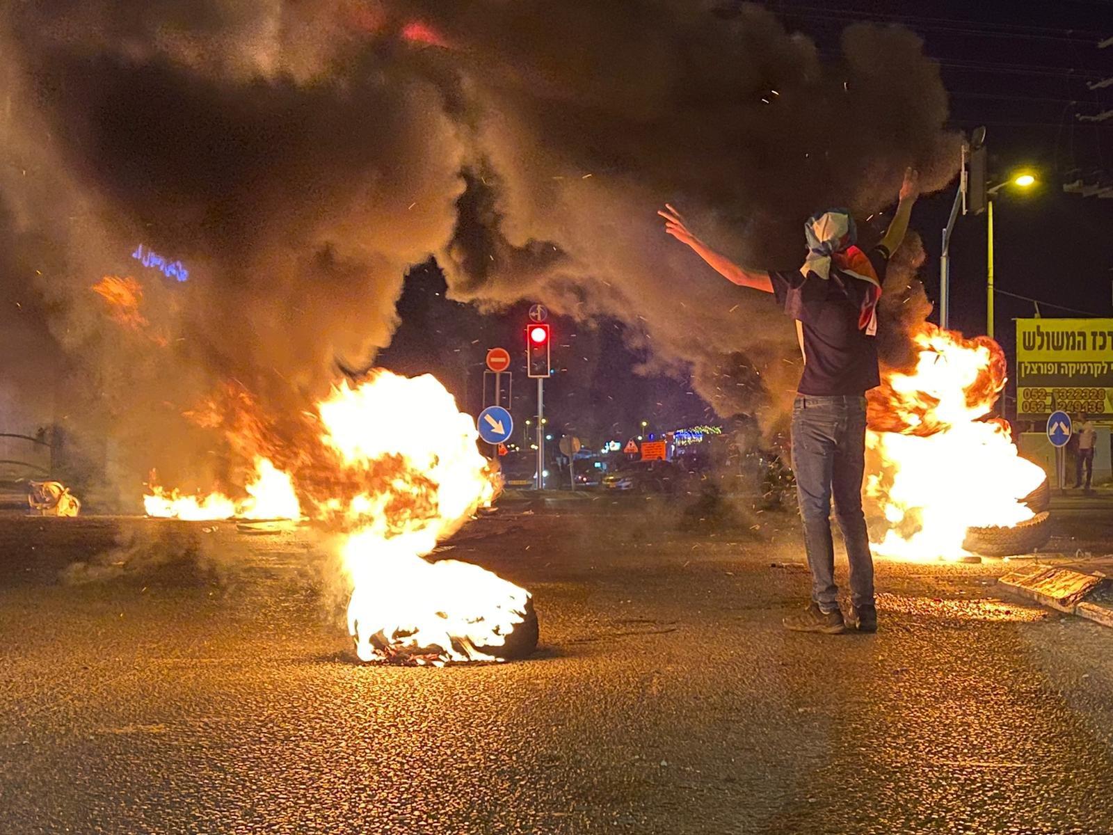 متظاهرو الطيبة يغلقون الشارع الرئيسي ويحرقون اطارات-1
