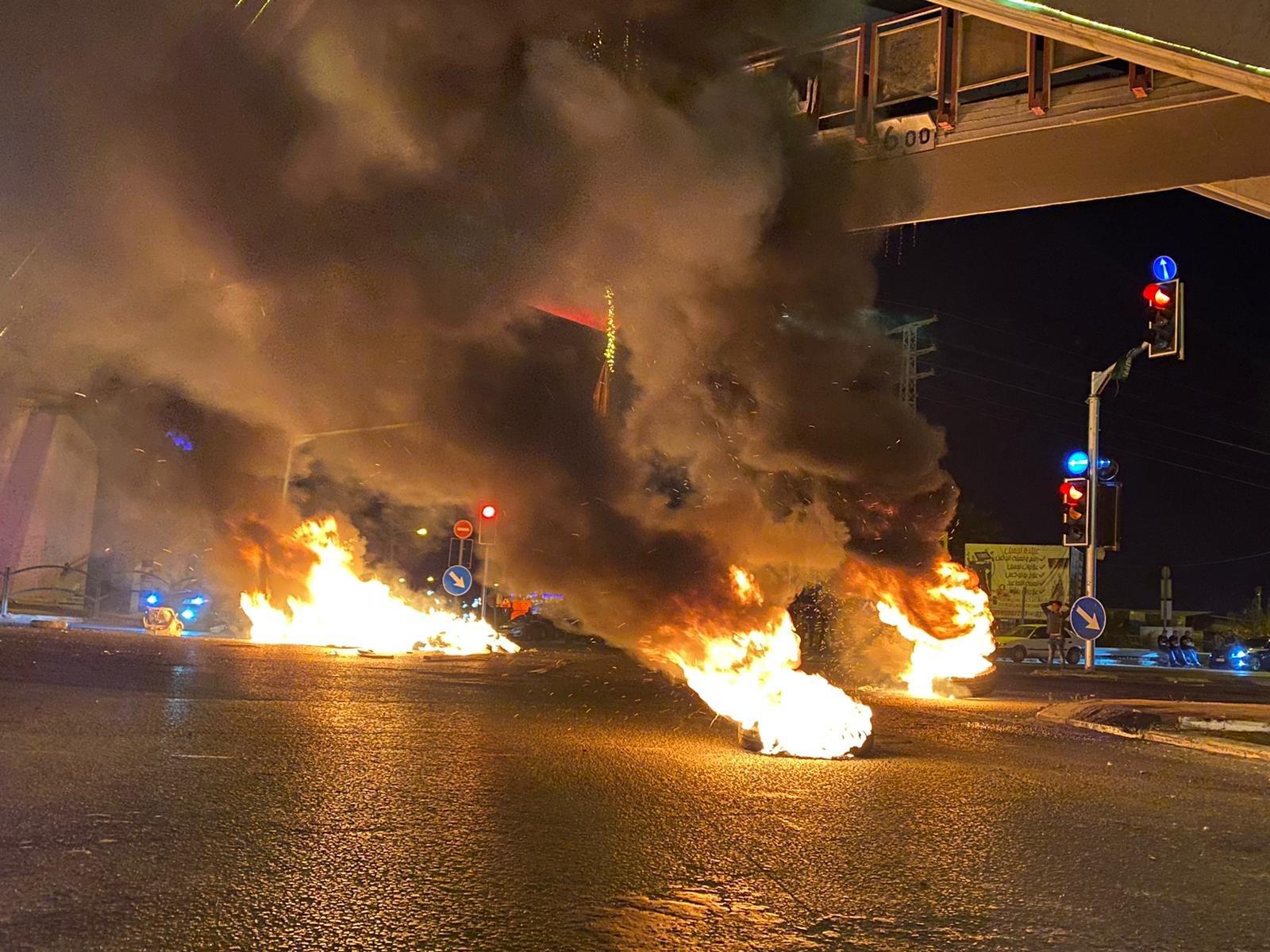 متظاهرو الطيبة يغلقون الشارع الرئيسي ويحرقون اطارات-2