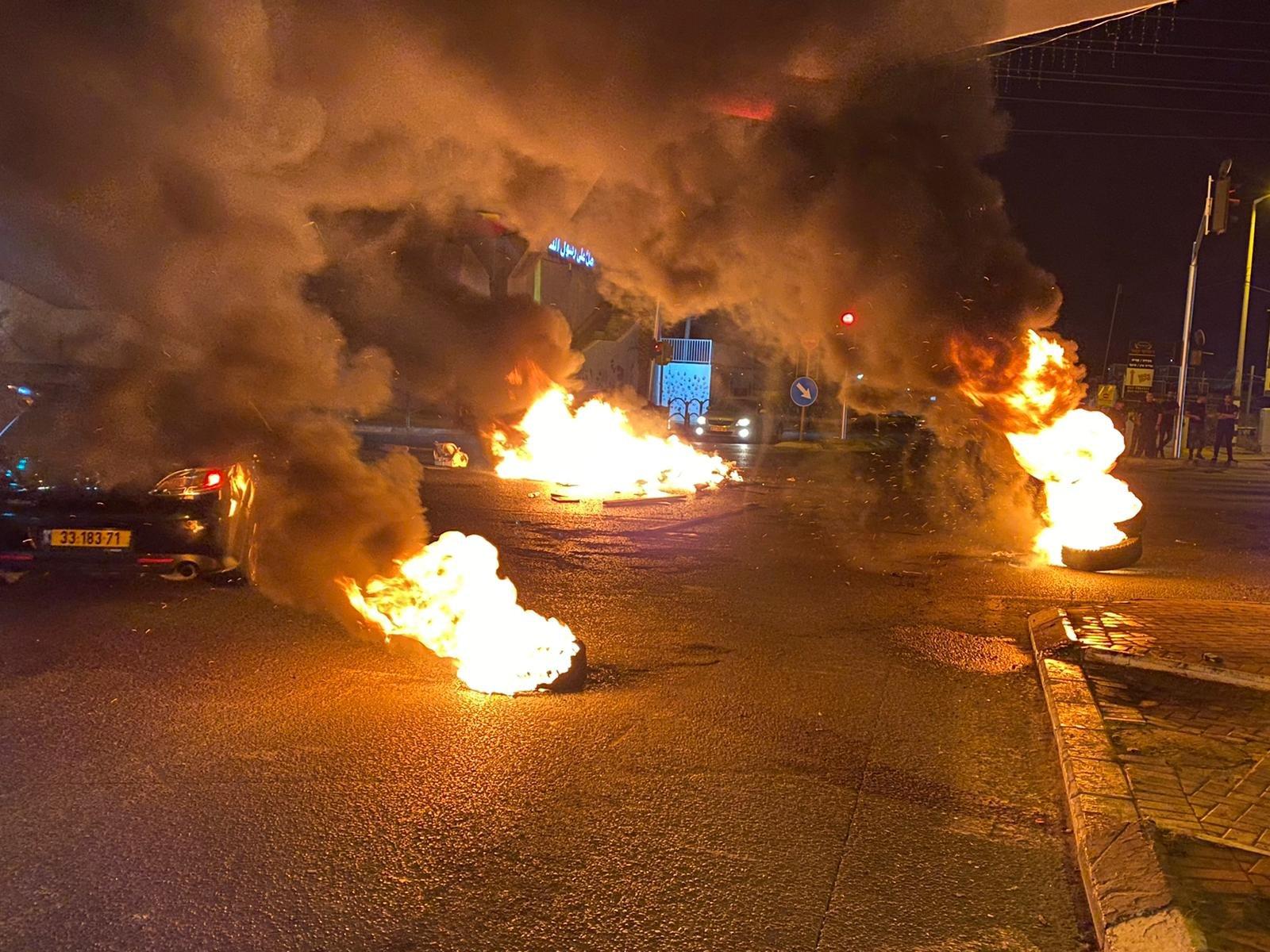 متظاهرو الطيبة يغلقون الشارع الرئيسي ويحرقون اطارات-3