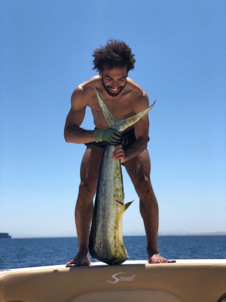 صلاح يستعرض قدراته في صيد الأسماك