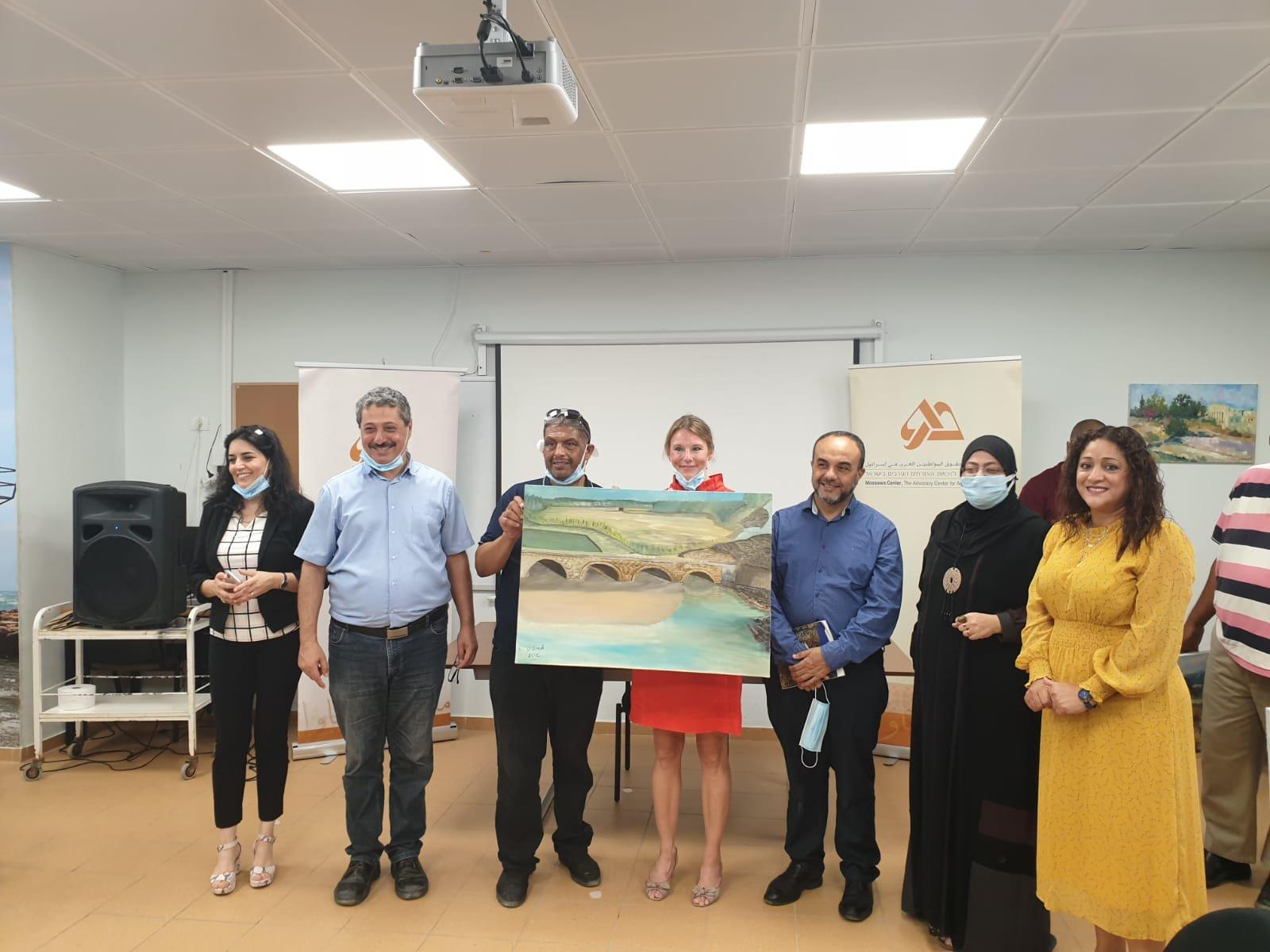 تقديم 12 رسمة للمؤسسات التربوية واقسام المجلس المحلي بقرية جسر الزرقاء