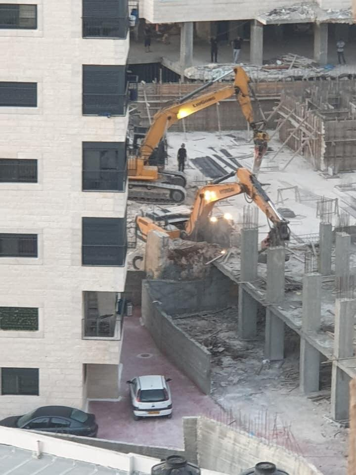 جرافات الاحتلال تهدم عمارتين قيد الانشاء في العيزرية