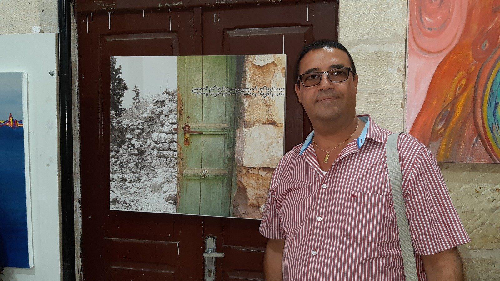 الفنان العكي منير قزموز يشارك في معرض (تواصل للفن التشكيلي) بمدينة رام الله