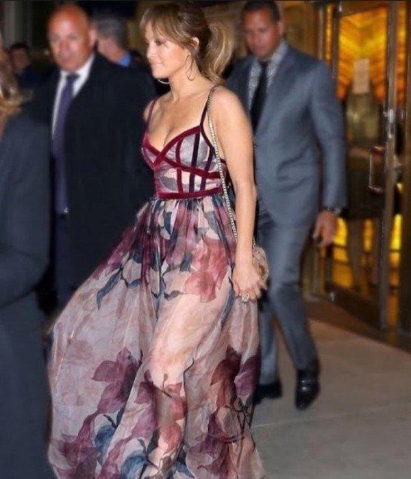 جينيفر لوبيز سبقت نانسي عجرم وارتدت هذا الفستان .. فمن بدت أجمل؟