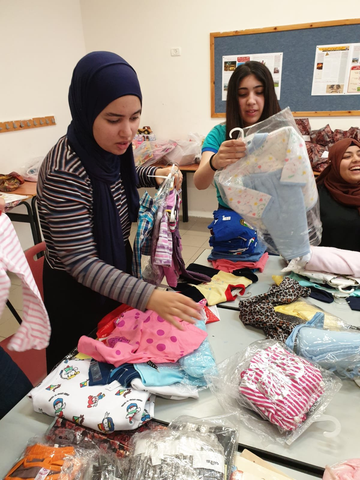 طلاب بيت الحكمة الثانويّة يبادرون بإرسال كسوة العيد للأطفال في النّاصرة والقدس