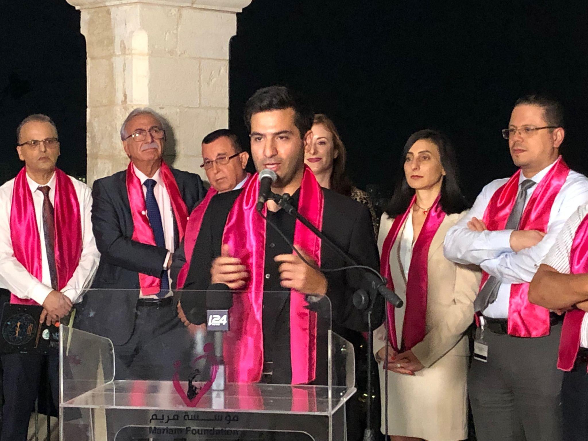 جمعية مريم تنظم أمسية التوعية الأكبر لسرطان الثدي وتضيء كنيسة السالزيان باللون الزهري-0