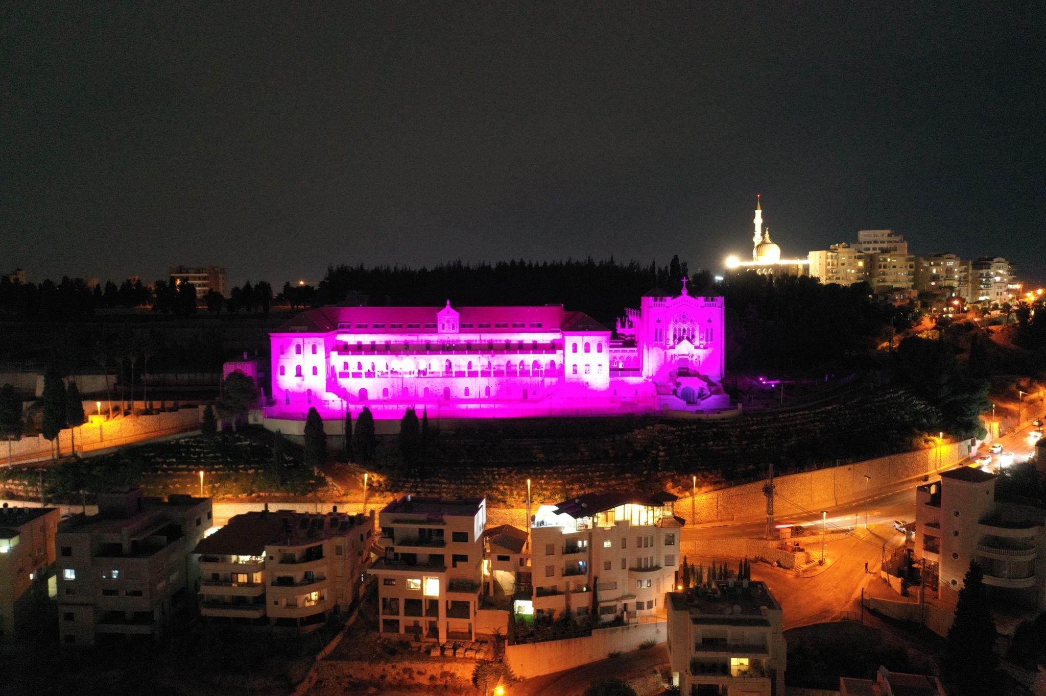 جمعية مريم تنظم أمسية التوعية الأكبر لسرطان الثدي وتضيء كنيسة السالزيان باللون الزهري-1