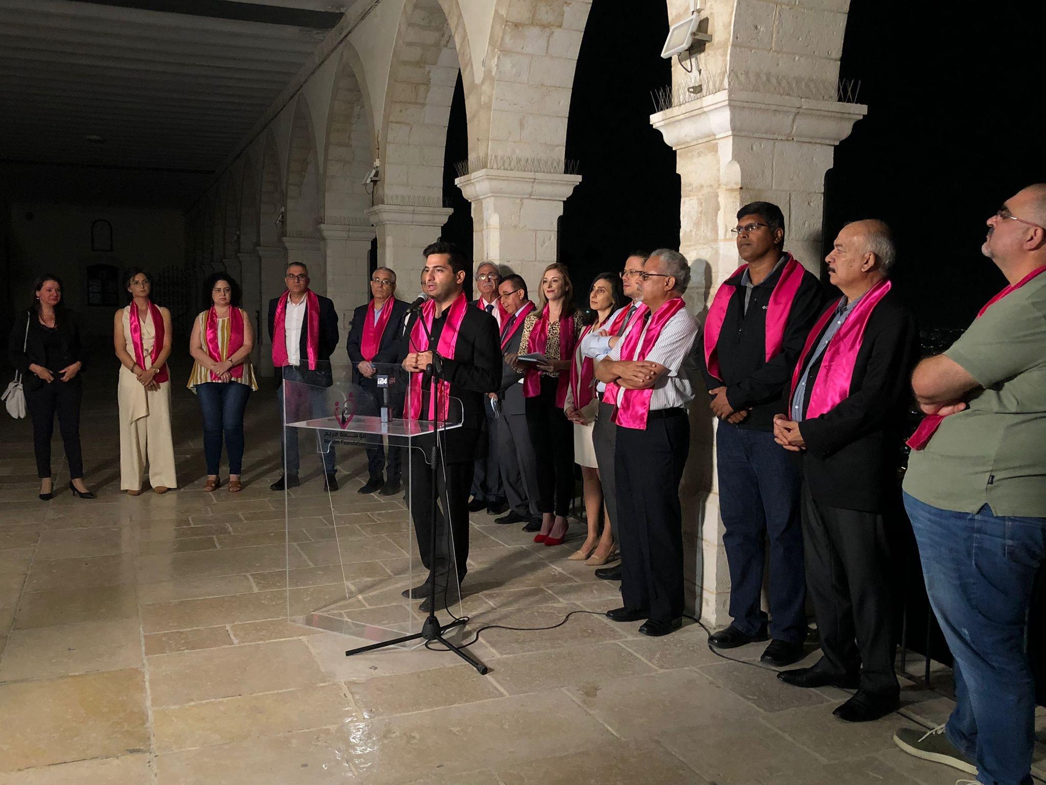 جمعية مريم تنظم أمسية التوعية الأكبر لسرطان الثدي وتضيء كنيسة السالزيان باللون الزهري-3