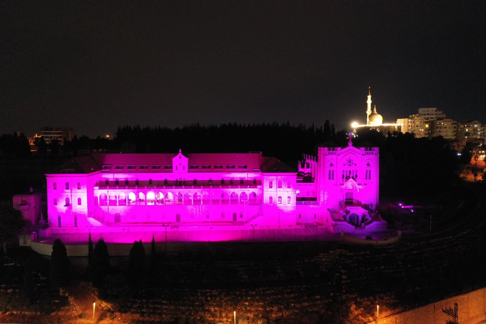 جمعية مريم تنظم أمسية التوعية الأكبر لسرطان الثدي وتضيء كنيسة السالزيان باللون الزهري-4