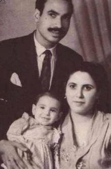 صورة نادرة جداً لسعاد حسني مع والديها