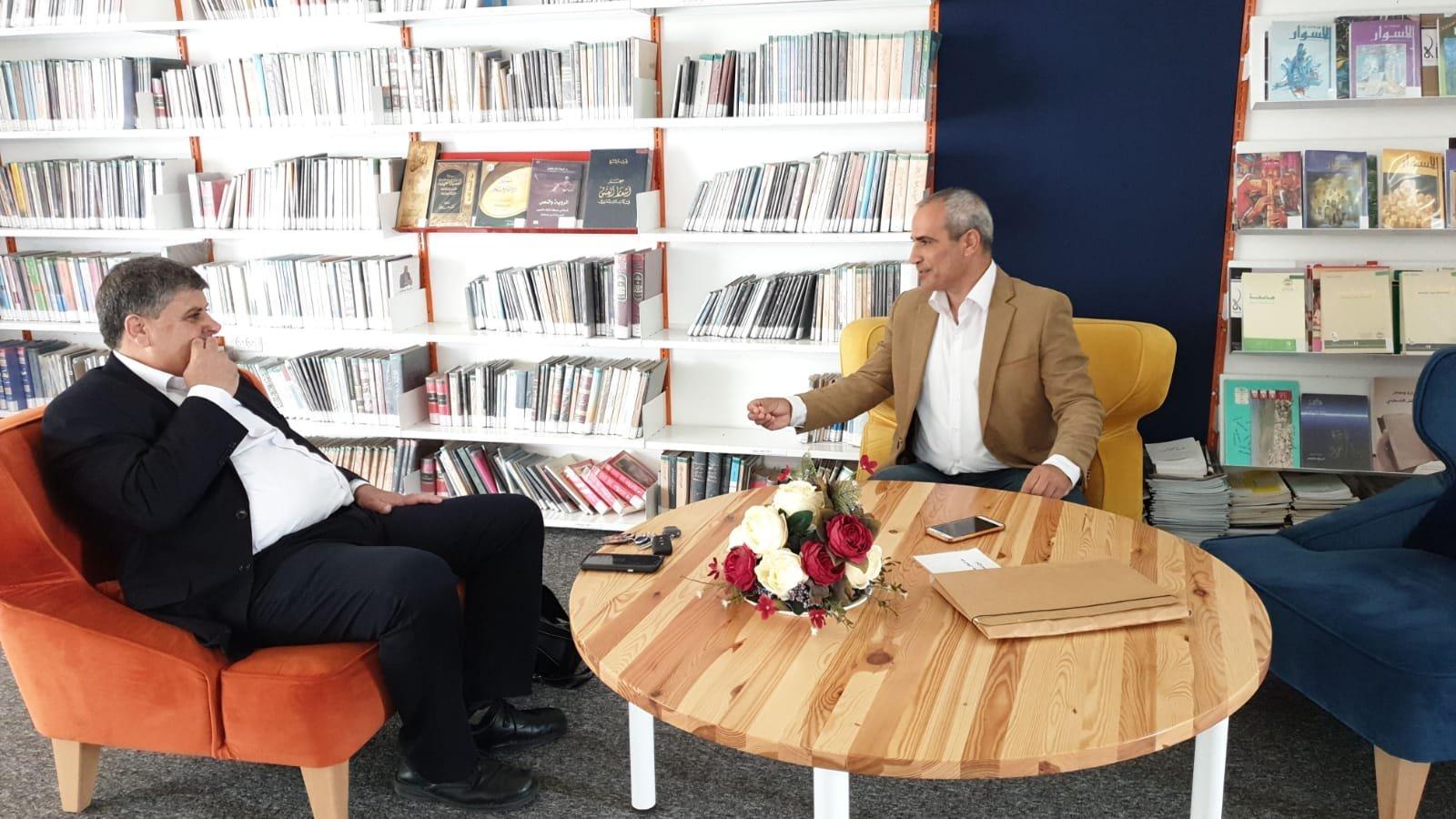 ام الفحم: رئيس البلدية د.سمير صبحي يتواجد في المكتبة العامة ويستقبل الطلاب