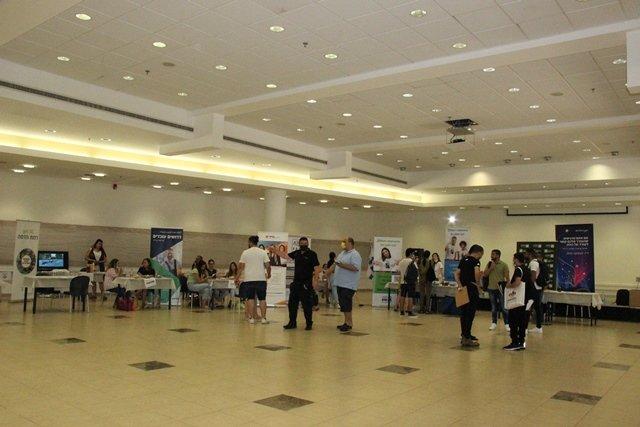 معرض التشغيل السنوي بمشاركة المئات من الطلاب والخريجين العرب في كلية عيمك يزراعيل