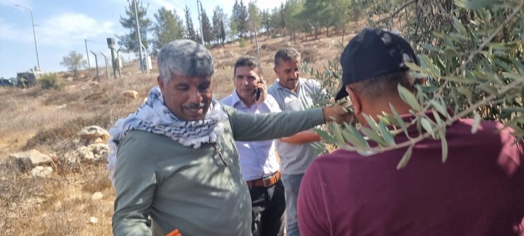 القوات الاسرائيلية تمارس التخويف لمنع المزارعين من الوصول إلى أراضيهم وقطف الزيتون في منطقة رابود المتاخمة لمستعمرة عتنئيل جنوب الخليل-1