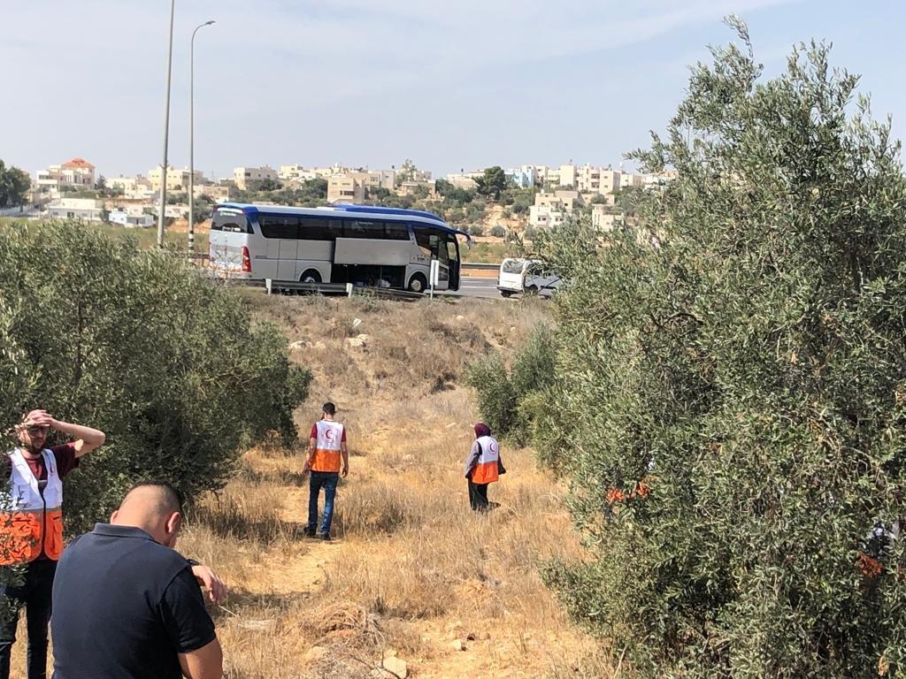 القوات الاسرائيلية تمارس التخويف لمنع المزارعين من الوصول إلى أراضيهم وقطف الزيتون في منطقة رابود المتاخمة لمستعمرة عتنئيل جنوب الخليل-2