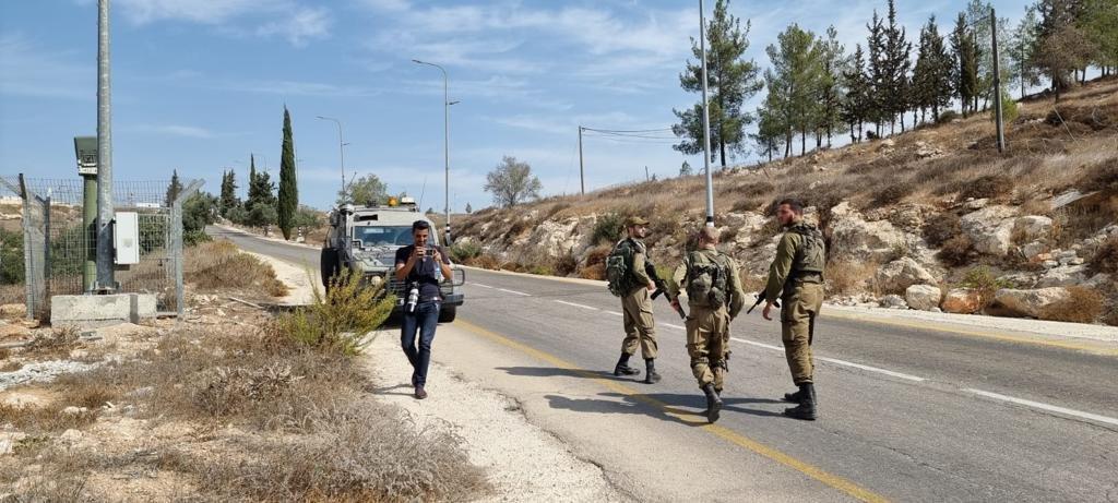 القوات الاسرائيلية تمارس التخويف لمنع المزارعين من الوصول إلى أراضيهم وقطف الزيتون في منطقة رابود المتاخمة لمستعمرة عتنئيل جنوب الخليل-4