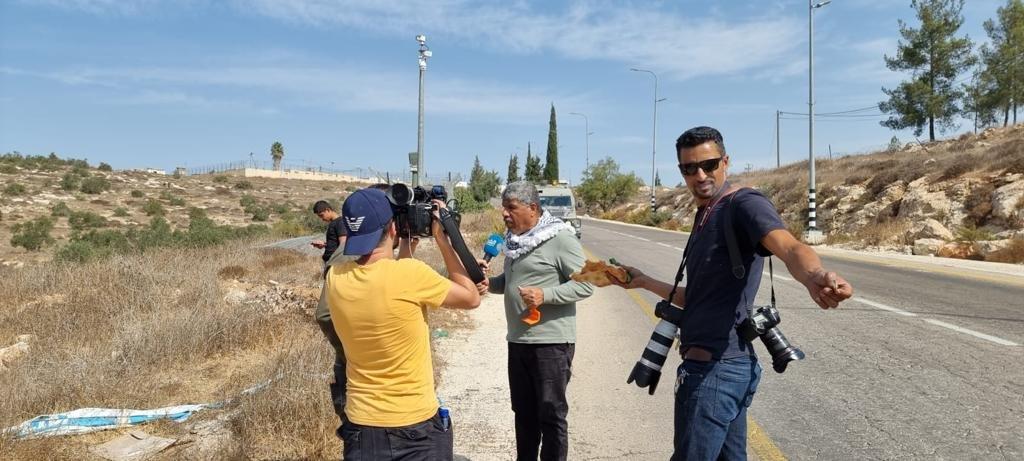 القوات الاسرائيلية تمارس التخويف لمنع المزارعين من الوصول إلى أراضيهم وقطف الزيتون في منطقة رابود المتاخمة لمستعمرة عتنئيل جنوب الخليل-7