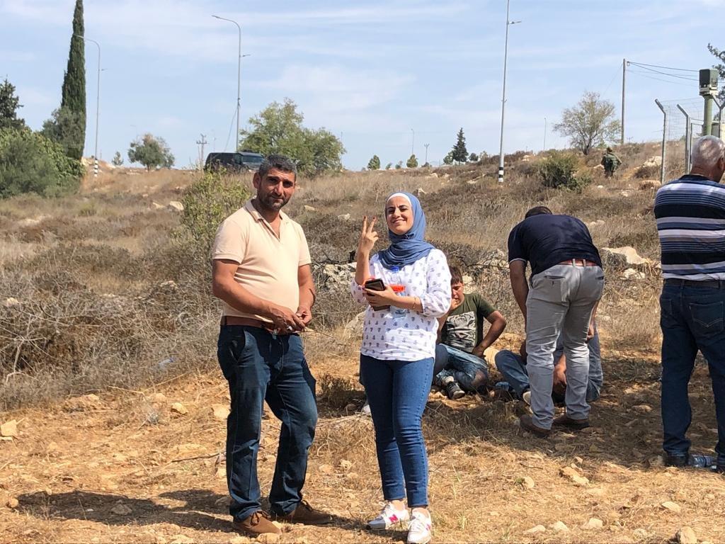 القوات الاسرائيلية تمارس التخويف لمنع المزارعين من الوصول إلى أراضيهم وقطف الزيتون في منطقة رابود المتاخمة لمستعمرة عتنئيل جنوب الخليل-9