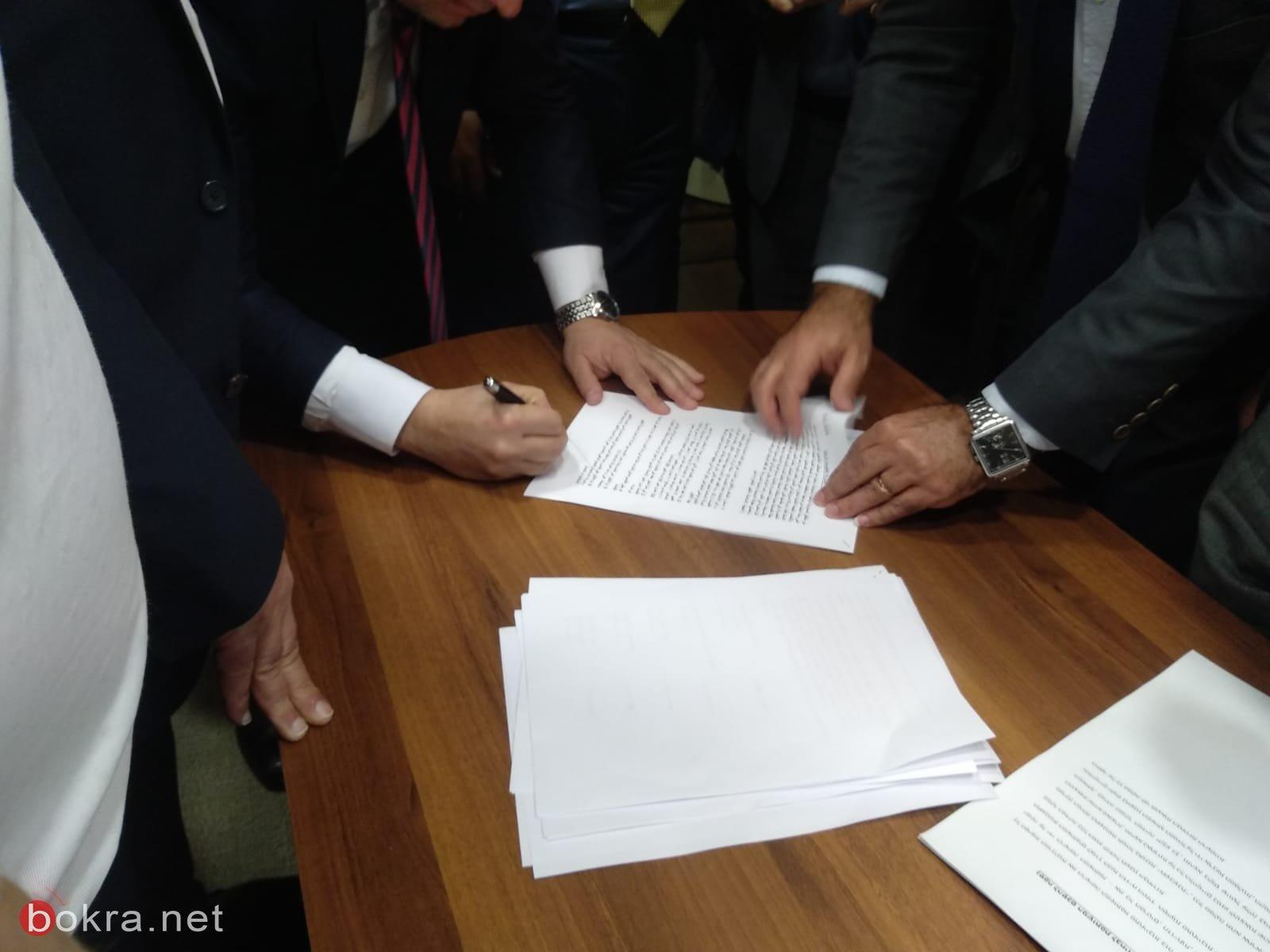 رؤساء الأحزاب الأربعة بالمشتركة يوقعون على القائمة لتقديمها