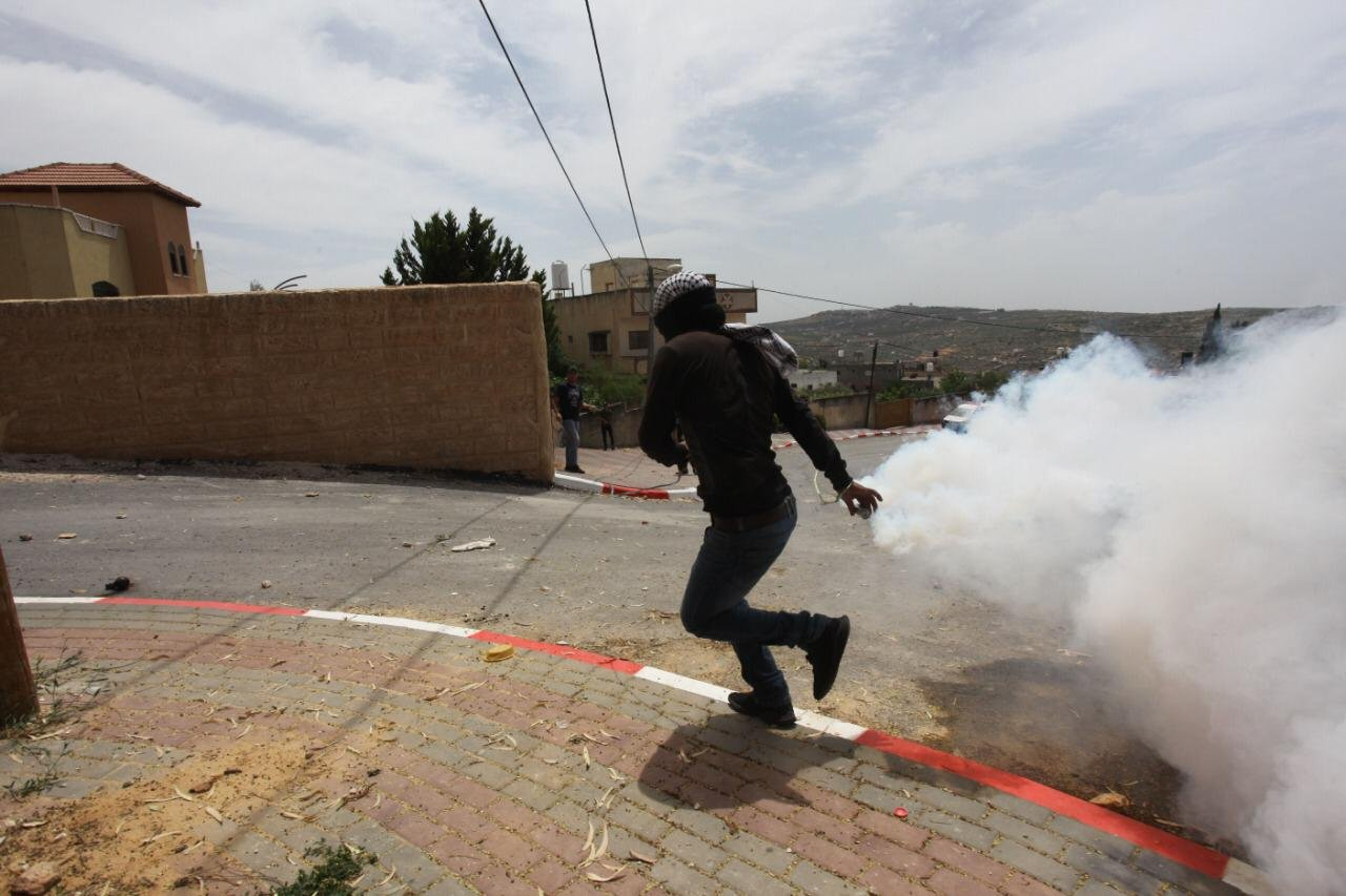 اصابات بالاختناق واستهداف خزانات مياه الشرب خلال قمع جيش الاحتلال لمسيرة كفر قدوم