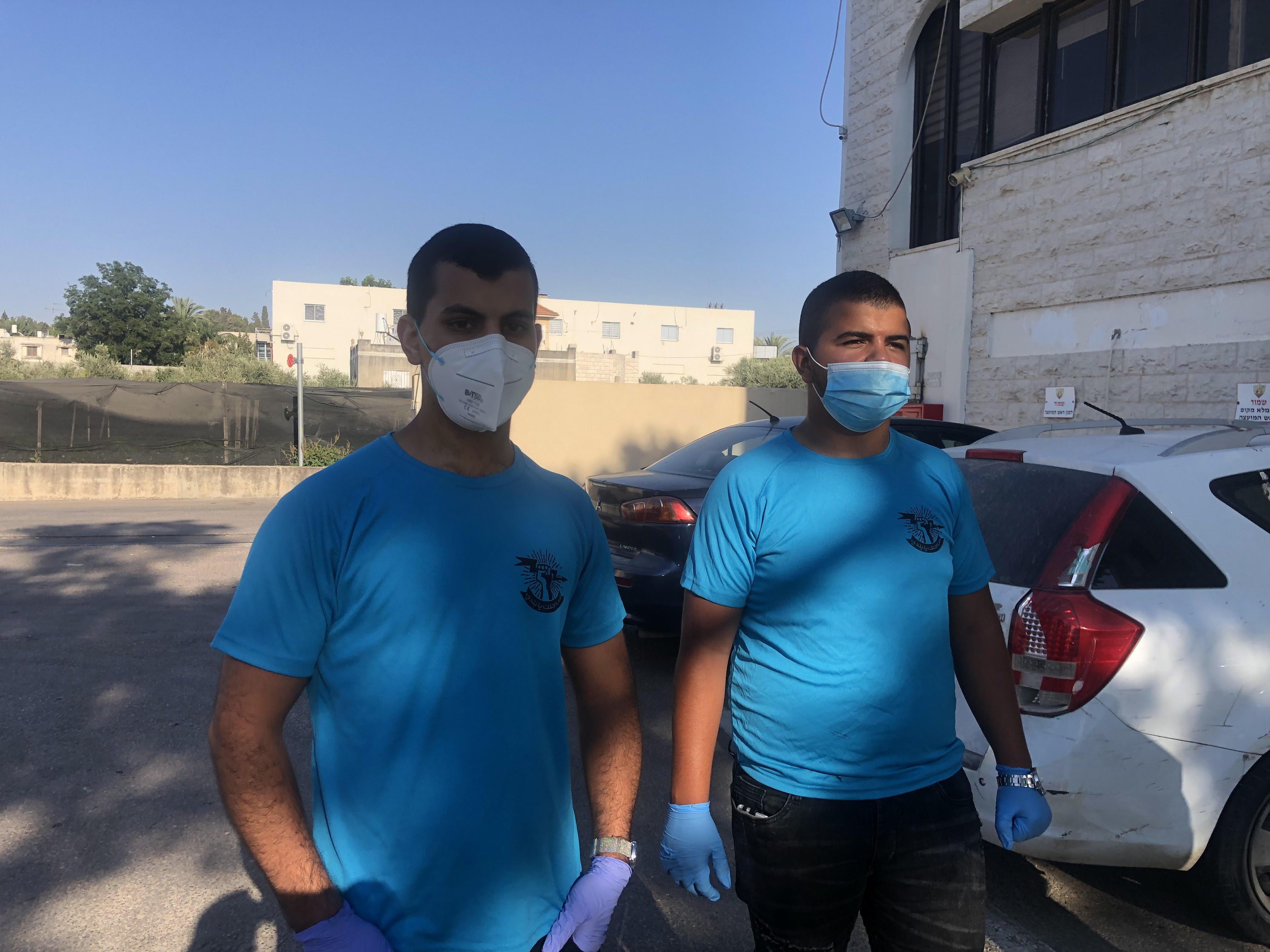 كفر قرع: حملة توعية وتوزيع الكمامات والملصقات على المارة فى وسط البلدة