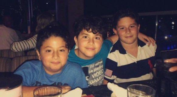 صورة تجمع بين ابن كاريس بشّار وابني تيم حسن وديما بيّاعة