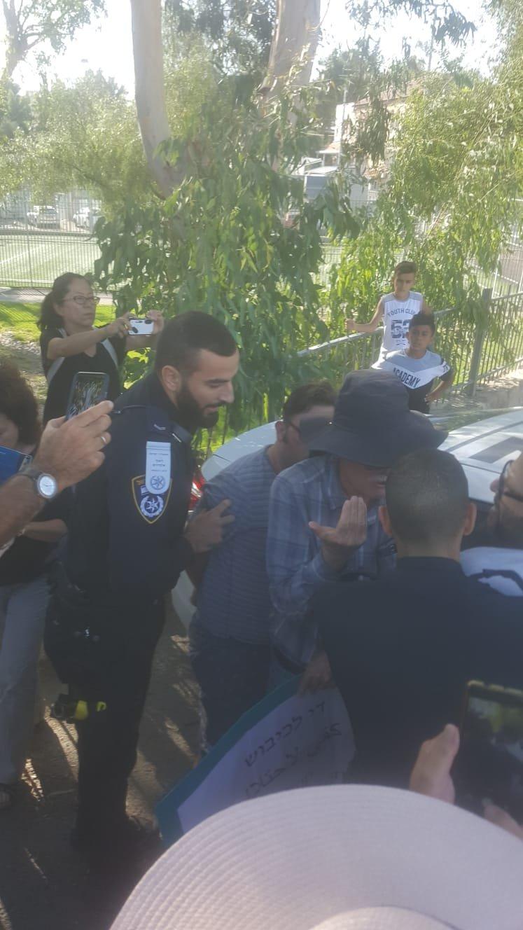الشرطة تهاجم النائب عوفر كسيف في القدس الشرقية بعد قيامه برفع علم فلسطين