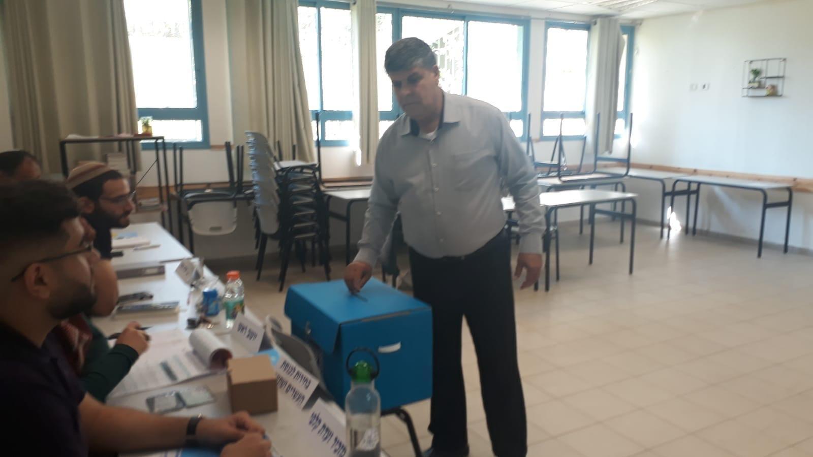 ام الفحم: رئيس البلديّة د. سمير محاميد يدلي بصوته