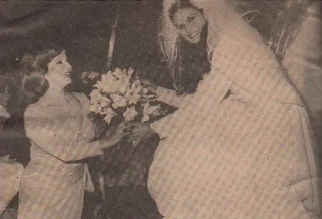 صورة نادرة - شادية تهدي يسرا باقة من الورود في حفل زفافها