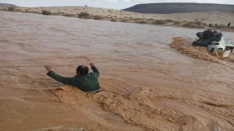 إنقاذ 4 سعوديين جرفتهم السيول في الأردن (صور)