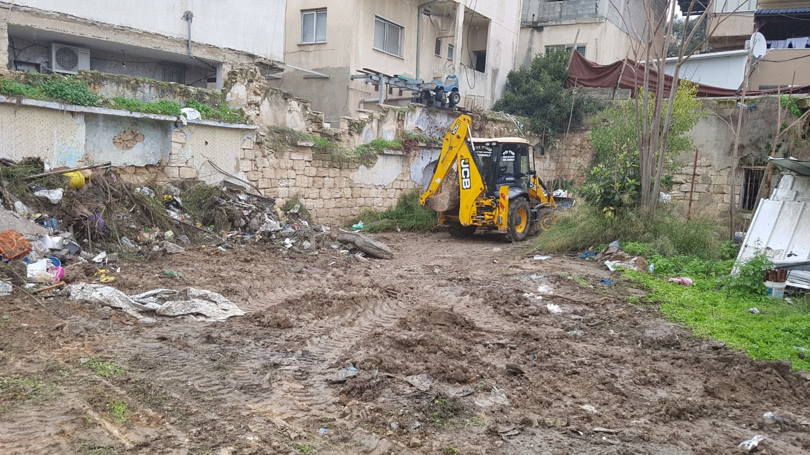 الناصرة: البلدية تقوم بتنظيف أرض الوقف بالحي الشرقي-2
