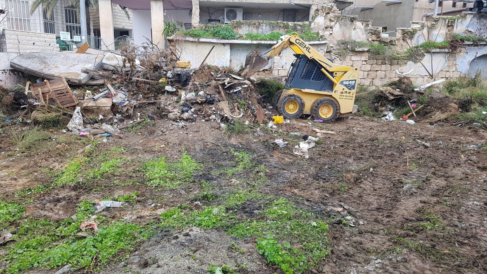 الناصرة: البلدية تقوم بتنظيف أرض الوقف بالحي الشرقي-4