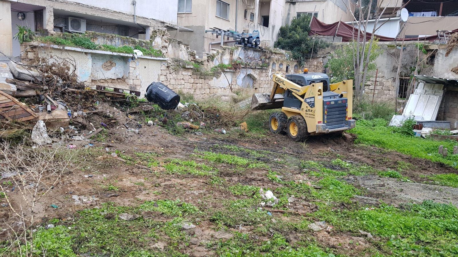 الناصرة: البلدية تقوم بتنظيف أرض الوقف بالحي الشرقي-6