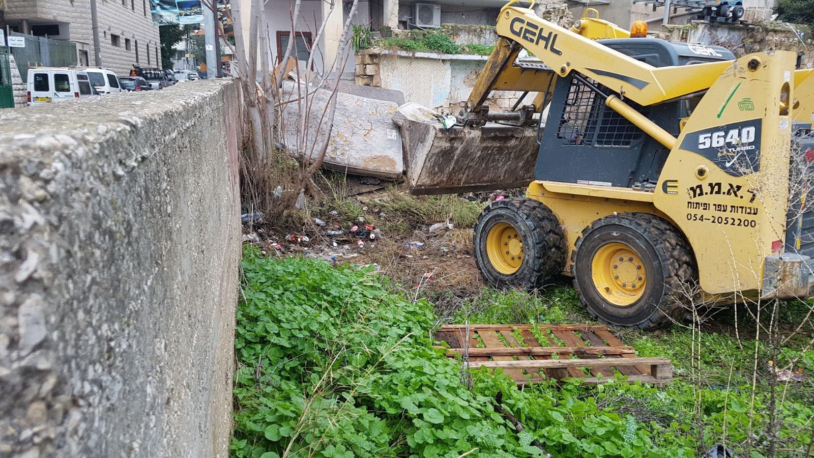 الناصرة: البلدية تقوم بتنظيف أرض الوقف بالحي الشرقي-9