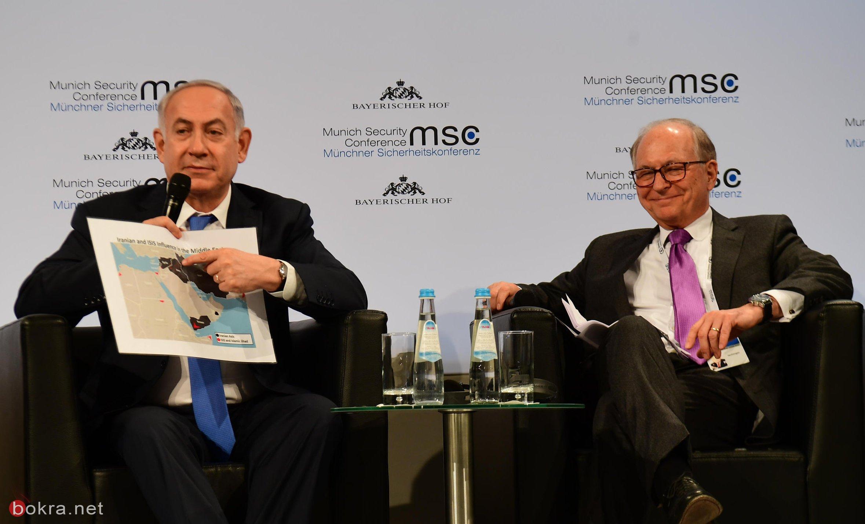 نتنياهو يلوّح بقطعة من الطائرة الايرانية التي اسقطتها اسرائيل في مؤتمر صحافي-1