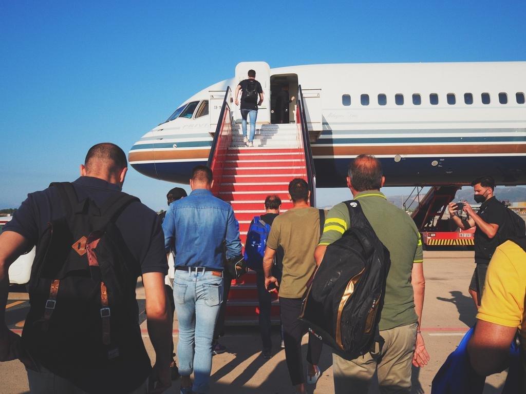 فريق اساطير برشلونة في طريقه إلى البلاد-1