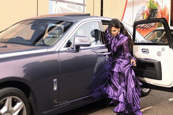 أحلام تبهر جمهورها بسيارتها التي تقدر بمليون دولار