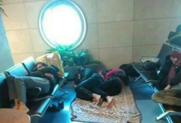 عالقون في مطار القاهرة .. أكثر من 150 فلسطينيًا يناشدون المساعدة