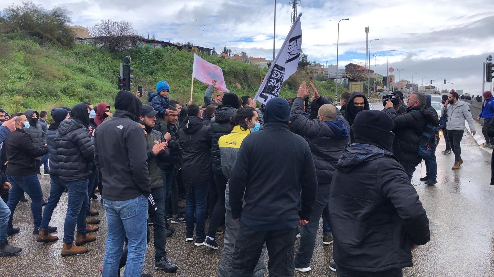 أم الفحم: العشرات يغلقون شارع 65 احتجاجًا على العنف